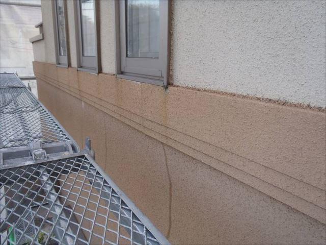 施工前の外壁です。雨染みやクラックが目立っています。