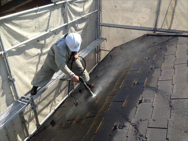 高圧洗浄で屋根に付着した汚れやコケを洗い流します。