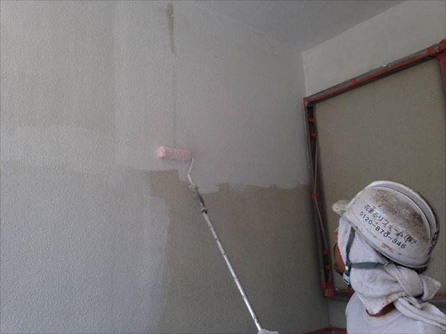 まずは下塗りを行います。細かいクラックを埋めてくれる微弾性フィラーを使用しています。