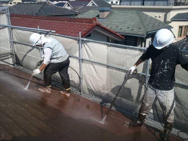 屋根に付いた頑固なコケを2台の高圧洗浄機で除去しました。