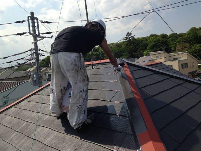 遮熱塗料で中塗り・上塗りを行います。棟板金も同じ遮熱塗料を使用しています。