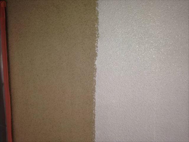 外壁の下塗り中です。右側が下塗りした部分です。