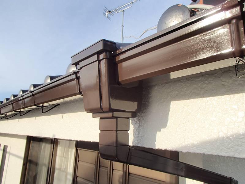 白い外壁に合うように、雨樋は焦げ茶で塗装しました。