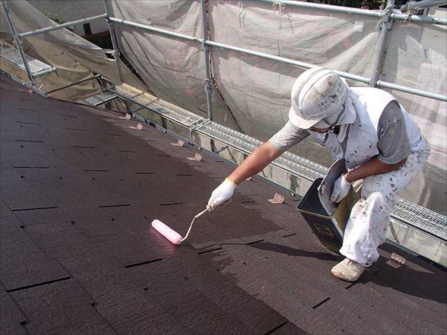 屋根の下塗りを開始。上塗りの塗料と下地の接着性を高める効果があります。