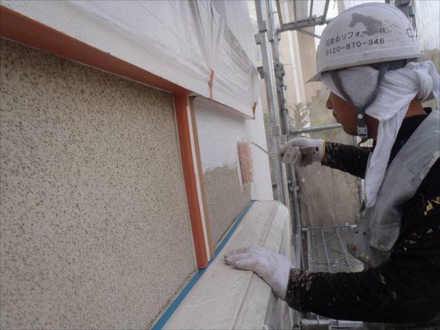外壁の下塗り中です。微弾性フィラーを使用しています。