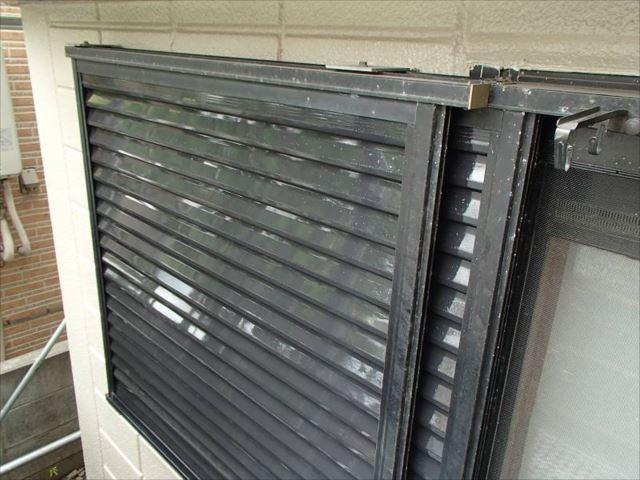 雨戸は白から黒に塗り替え。外壁の色と良く合います。
