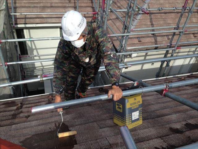 屋根が充分に乾いてから下塗りを開始します。
