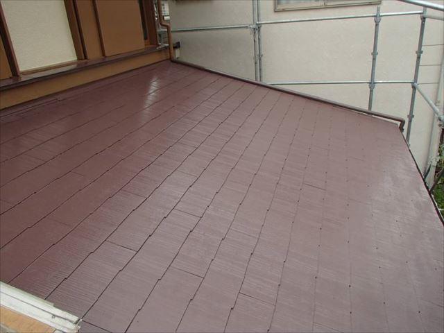 施工後の下屋根。塗膜が剥げ、痛々しい状態でしたが見事に塗り替えられました。