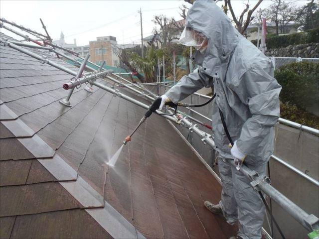 長年の汚れやコケに覆われた屋根を高圧洗浄で綺麗に洗い流します。