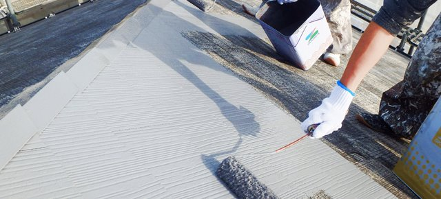 遮熱塗料を塗る職人