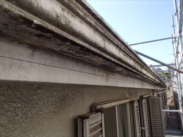 白かった雨樋や破風板は真っ黒になり、外壁にも長年の汚れが付着しています。