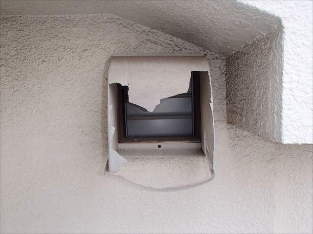 換気扇フードカバーが豪快に破損していました。