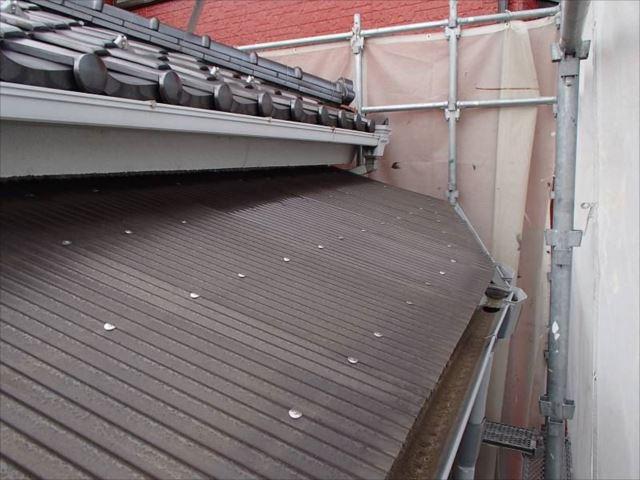 廊下の屋根は波板屋根です。経年劣化による色褪せが激しいため交換することになりました。