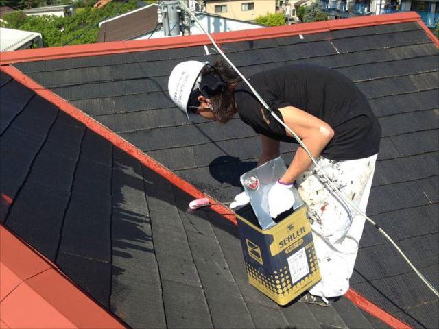 屋根の鉄部(棟板金)には赤い錆止めを塗りました。屋根本体には下塗りを行っています。