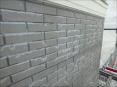 施工前のサイディング外壁です。クリアー塗装が剥がれてきてまだら模様になっています。