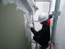 施工開始です。外壁の下塗り作業です。