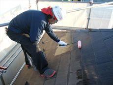 次に屋根の下塗りです。しっかりと丁寧に塗装します。