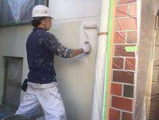 まずは外壁塗装の下塗りを行います。