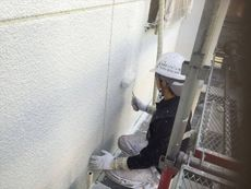 雨漏りが発生していた箇所には弾性塗料を使用しました。マスチック塗装で下地塗りを2回行います。