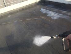 まずは全体の汚れを高圧洗浄していきます。