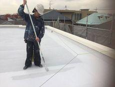 屋上の防水塗装には「遮熱シートトップ#100」というシート防水用の塗料を使用しています。