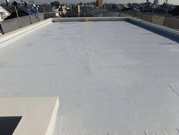 遮熱塗料で塗り替えられた屋上。遮熱効果が高いグレー色は晴天時ではほぼ白に見えます。