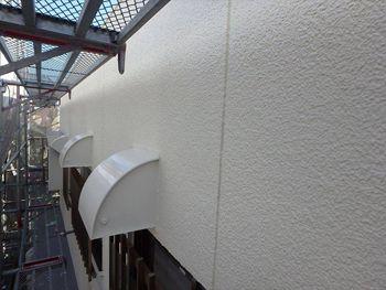 外壁に合わせて換気口フードカバーも白く塗りました。