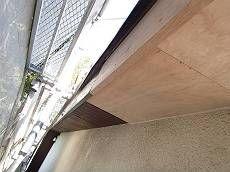 屋根に穴が開いていたということは雨水が入り込んでいたということです。当然その下にある軒裏のボードも腐朽していたため貼り替えました。