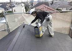 屋根の雨漏り改修工事が終えてようやく塗装開始です。