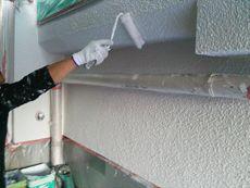 外壁の上塗りです。丁寧に細かに塗装していきます。