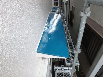 トタン製のヒサシは鮮やかな水色で塗りました。