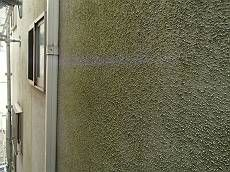 施工前の外壁です。日当たりの悪い面は湿気でコケが発生しています。