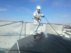屋根も同様に高圧洗浄を行います