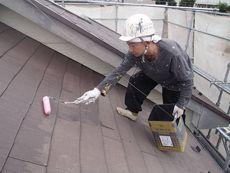 汚れをしっかり取って屋根の下塗りをします。