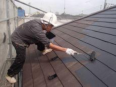 屋根の中塗り・上塗りをしています。