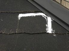 屋根もまずは下地補修から行います。スレートのヒビ割れをシール処理しました。