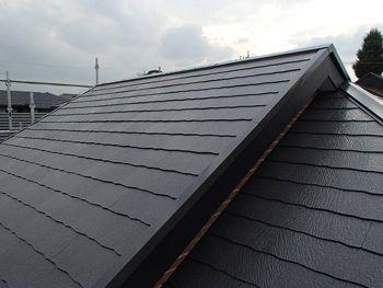 施工が完了しました。古く色褪せていた屋根が見違えるように美しくなりました。