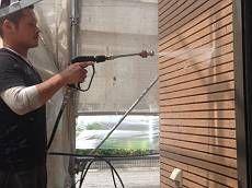 高圧洗浄の際は塗装しない箇所も一緒に洗浄します。