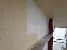 モルタル部は下地調整を兼ねる下塗り材を使用し、水性塗料の上塗り材を2度塗りしています。