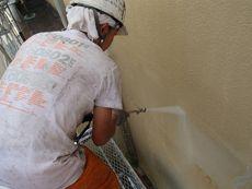 施工開始です。外壁の汚れを高圧洗浄で落とします。