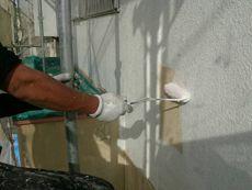 汚れをしっかりと落とし、外壁の下塗りです。