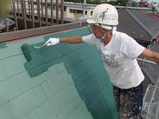 屋根の上塗りです。とてもさわやかなグリーンです。