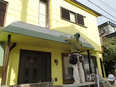 玄関屋根のシングル屋根は劣化が激しかったため貼り替えることになりました。