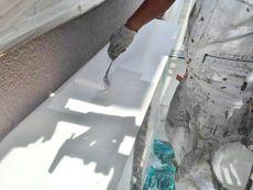 鉄部の下塗りには白色の錆止め材を使用しました。