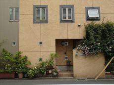 外壁の左側は金属製サイディングパネルです。この部分は塗装しません。