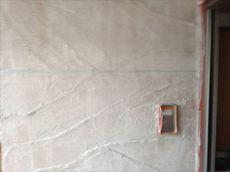 施工開始です。外壁の下塗りを終えたところです。