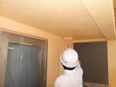 外壁の上塗り作業です。綺麗な色になってきました。