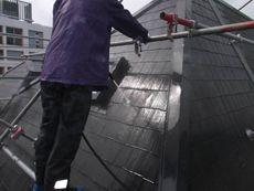 屋根はまず高圧洗浄をして汚れを落としていきます。