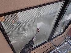 外壁を高圧洗浄します。