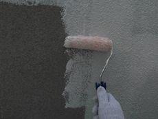 補修を行った後で下塗り作業を開始します。